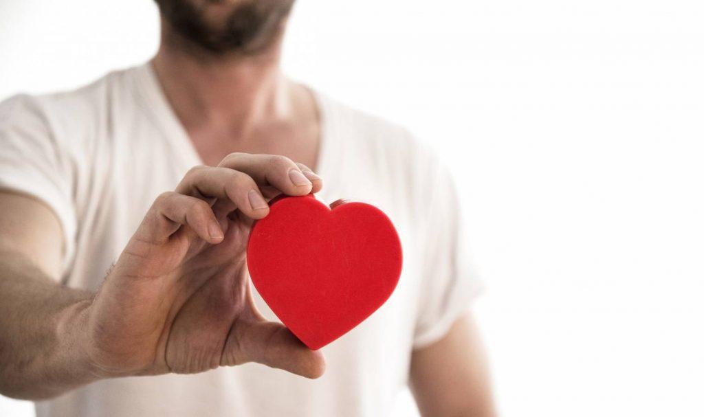 Les signes du coup de foudre chez l'homme : Explications de notre expert