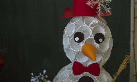 Comment faire un bonhomme de neige avec des gobelets en plastique ?