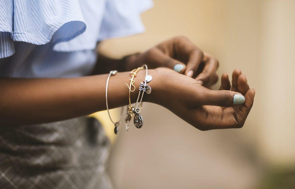 Malin et utile: l'accroche-bracelet pour fermer les bracelets sans aide et sans effort!