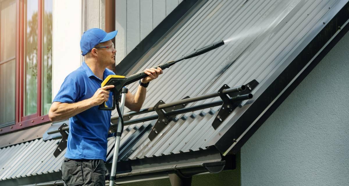 Démoussage de toiture : peut-on le faire soi-même ?